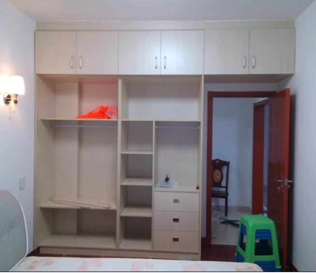 实木颗粒板组装成的整体衣柜