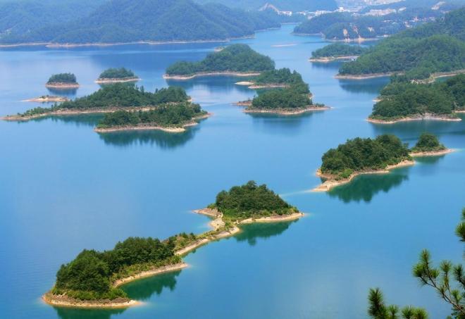 千岛湖,位于浙江省淳安县境内(部分位于安徽歙县),是世界上岛屿***