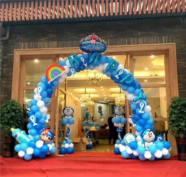 蓝白气球做成拱门,叮当猫,彩虹,星星等童趣元素点缀其上,这样的官渡壹